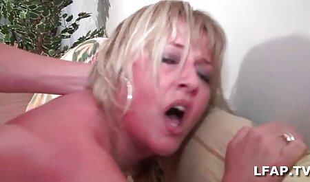 Amirah lesbiana chupa las tetas videos pornografico en español pequeñas de la adolescente Lydia Lust mientras está